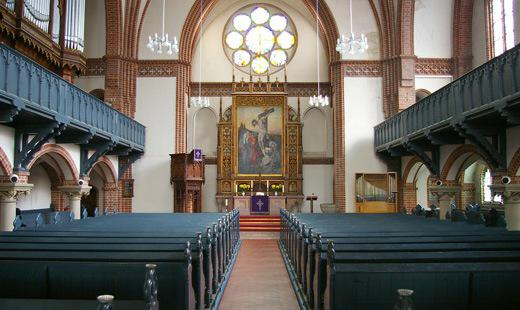Kirchraum Blick zum Altar
